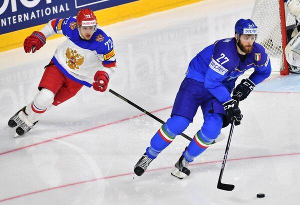 Защитник сборной Италии по хоккею Томас Ларкин (справа)