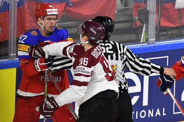 Нападающие сборной России Евгений Кузнецов и сборной Латвии Марис Бичевскис (слева направо)