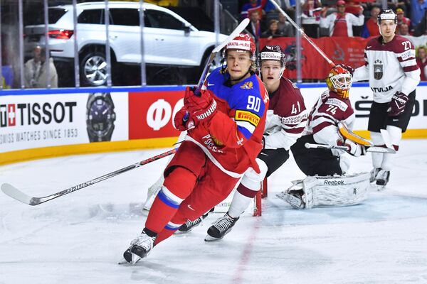 Нападающий сборной России Владислав Наместников (слева)