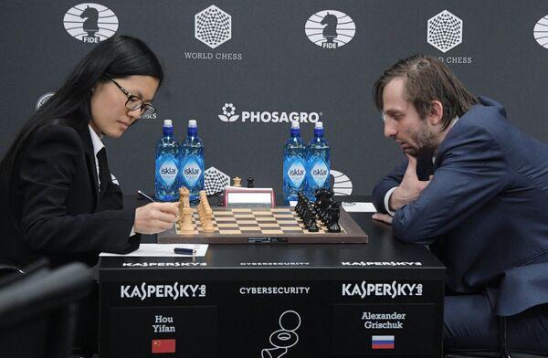 Хоу Ифань (слева) и Александр Грищук