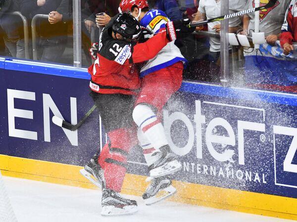Защитник сборной Канады Колтон Парэйко (слева) и нападающий сборной России Артемий Панарин