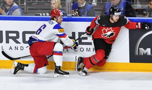 Нападающий сборной России Сергей Плотников (слева) и защитник сборной Канады Джошуа Моррисси