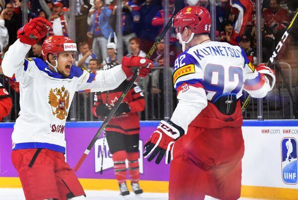 Хоккеисты сборной России Артемий Панарин (слева) и Евгений Кузнецов