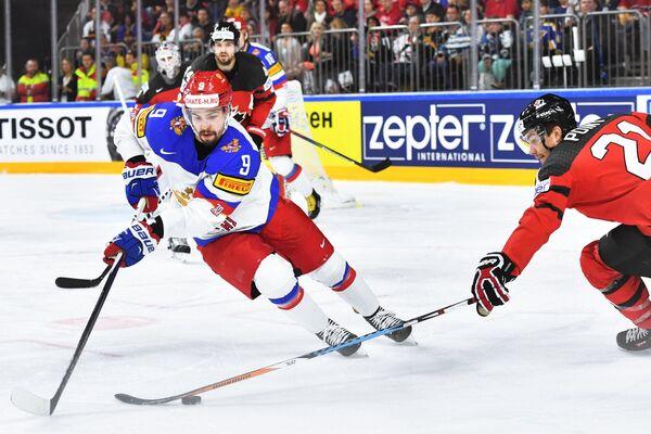 Защитник сборной России Виктор Антипин (слева) и форвард сборной Канады Брэйден Пойнт