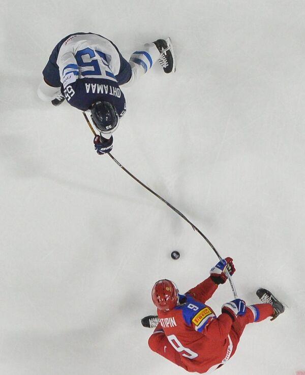 Защитник сборной России Виктор Антипин (внизу) и защитник сборной Финляндии Атте Охтамаа