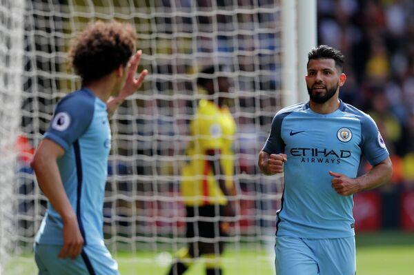 Нападающий английского Манчестер Сити Серхио Агуэро (справа)