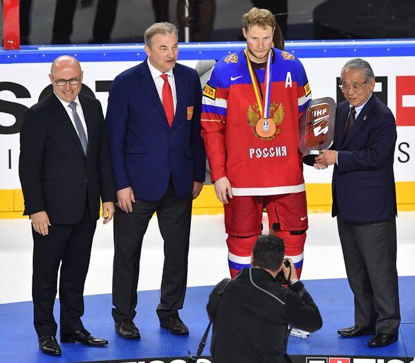 Форвард сборной России Сергей Андронов (второй справа) и президент Федерации хоккея России Владислав Третьяк (второй слева)