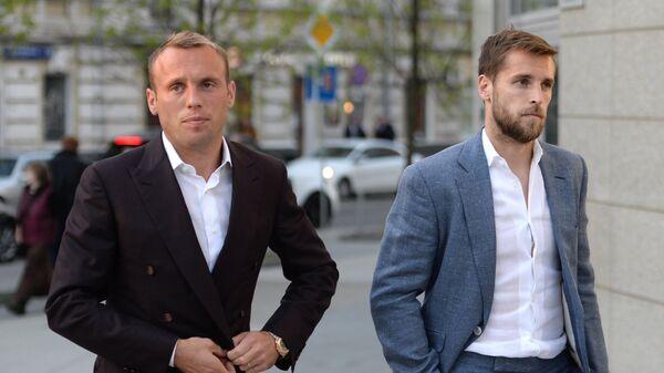 Полузащитники Спартака Денис Глушаков (слева) и Дмитрий Комбаров