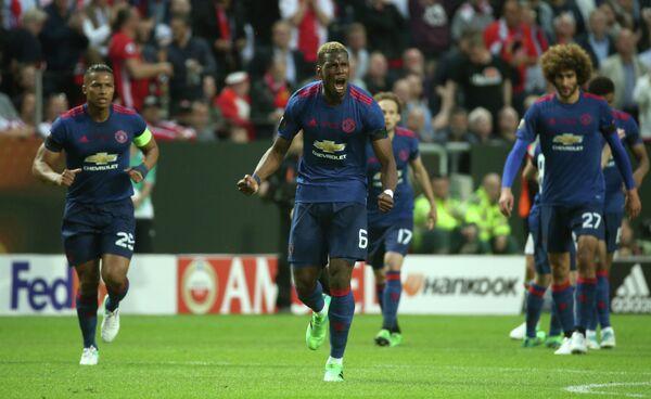 Полузащитник Манчестер Юнайтед Поль Погба (в центре)