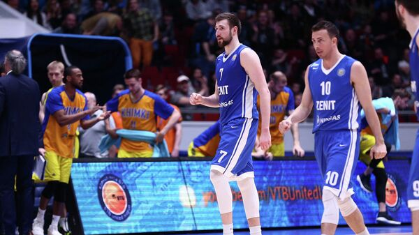 Баскетболисты Зенита Сергей Карасев (слева) и Райан Тулсон