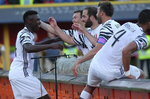 Футболисты Ювентуса поздравляют Мойзе Кина (слева) с забитым мячом