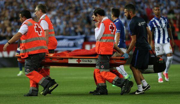 Медики уносят с поля полузащитника Барселоны Хавьера Маскерано