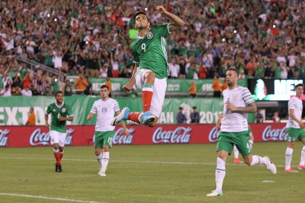 Нападающий сборной Мексики Рауль Хименес (на первом плане) радуется забитому голу