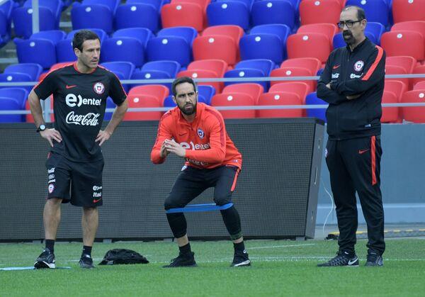 Вратарь сборной Чили по футболу Клаудио Браво (в центре)