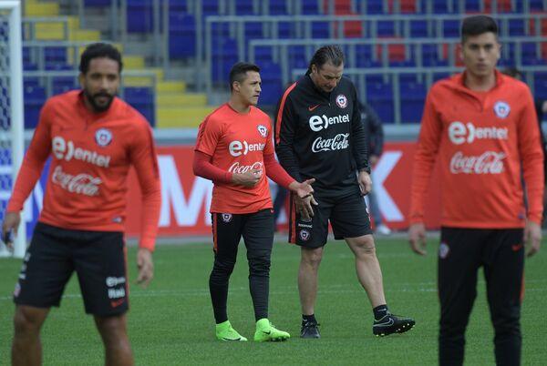 Нападающий сборной Чили Алексис Санчес и главный тренер Хуан Антонио Пицци (слева направо)