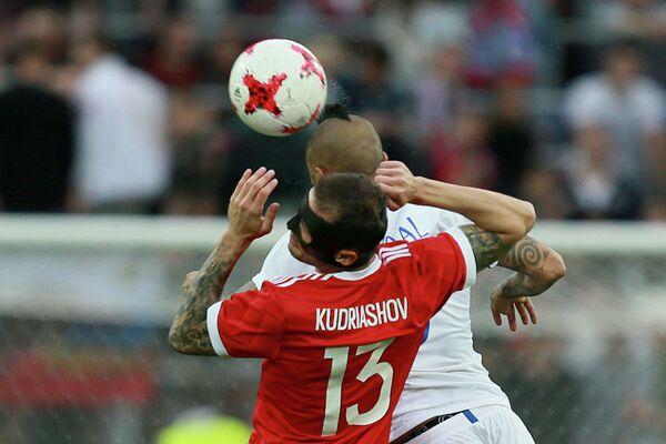 Защитник сборной России Фёдор Кудряшов (на первом плане) и полузащитник сборной Чили Артуро Видаль