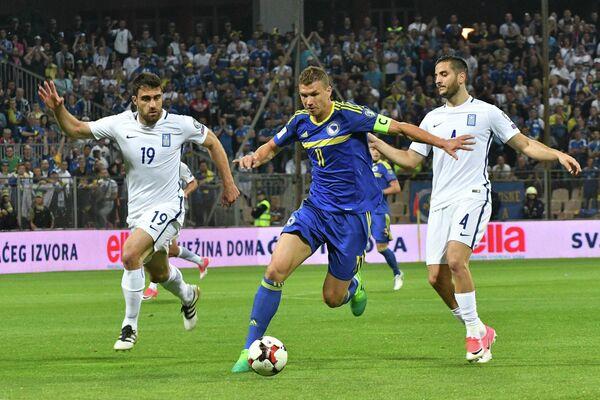 Нападающий сборной Боснии Эдин Джеко (в центре)