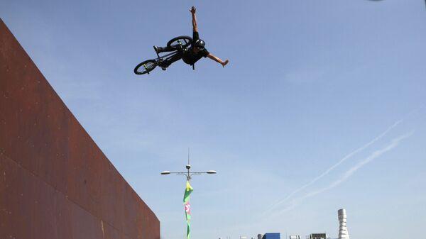 Участник во время выступления на чемпионате России по BMX Freestyle