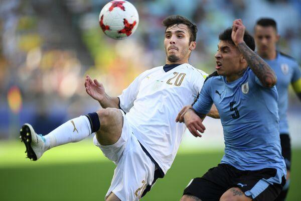Игровой момент матча за третье место молодежного чемпионата мира по футболу Италия - Уругвай