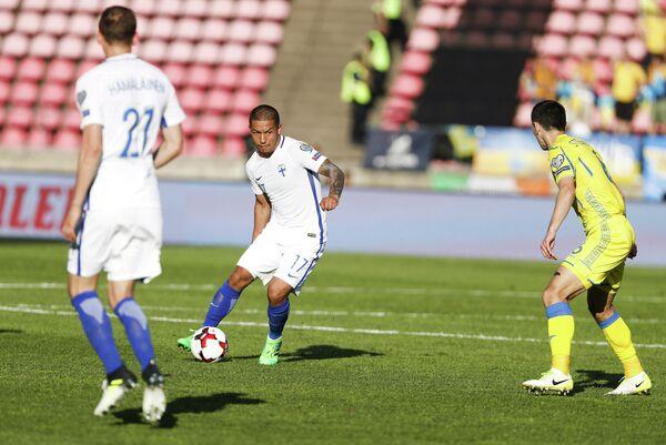 Игровой момент матча между сборными Финляндии и Украины по футболу