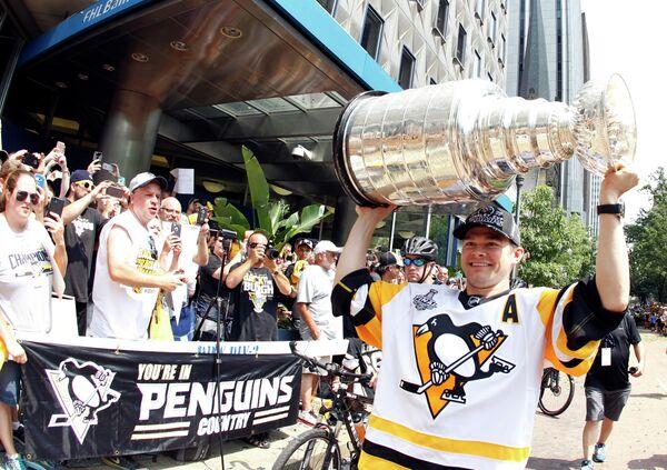 Форвард Питтсбурга Крис Кунитц с Кубком Стэнли на чемпионском параде Пингвинз