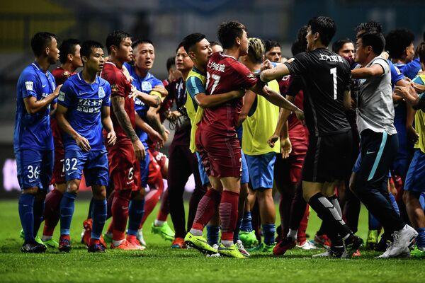 Драка в матче чемпионата Китая, спровоцированная футболистом Оскаром
