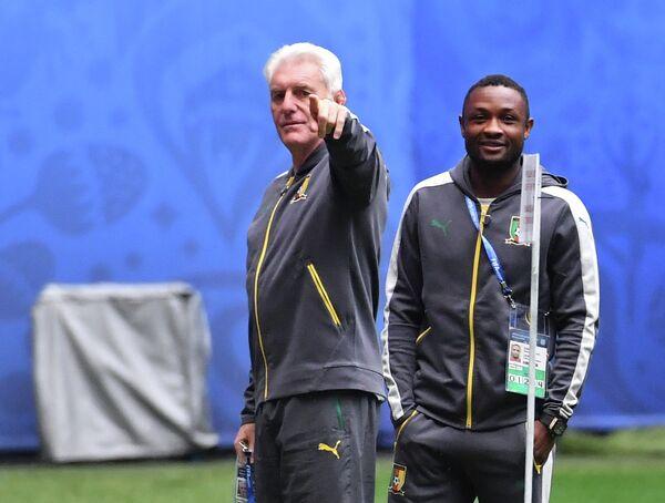 Уго Брос (слева) и полузащитник сборной Камеруна Себастьен Сиани