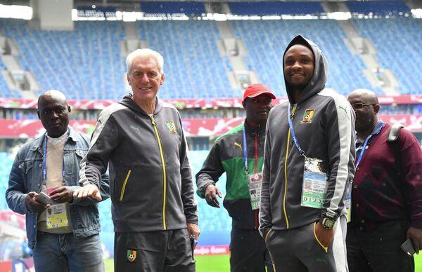 Уго Брос (второй слева) и полузащитник сборной Камеруна Себастьен Сиани (второй справа)