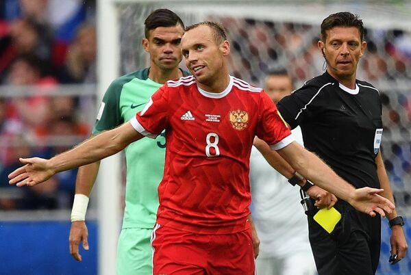 Защитник сборной Португалии Пепе, полузащитник сборной России Денис Глушаков и главный судья матча Джанлука Рокки (слева направо)