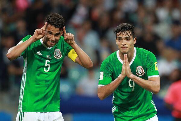 Слева направо: Диего Рейес (Мексика) и автор гола Рауль Хименес (Мексика)