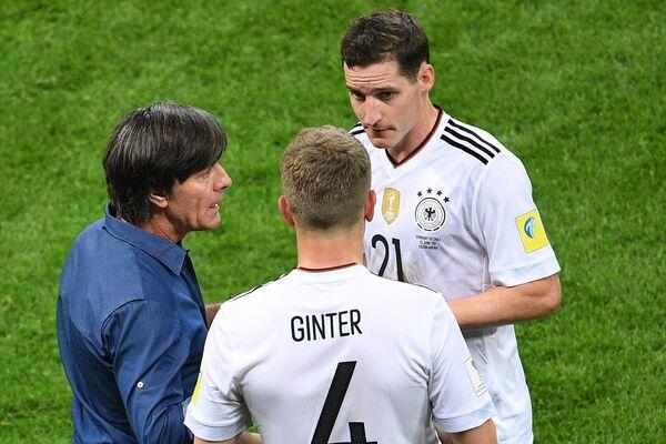 Слева: главный тренер сборной Германии Йоахим Лёв