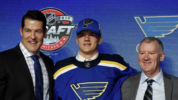 Клим Костин (в центре) во время драфта НХЛ