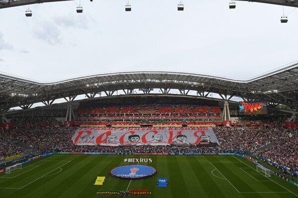 Болельщики и баннер перед началом матча Кубка конфедераций-2017 по футболу между сборными Мексики и России