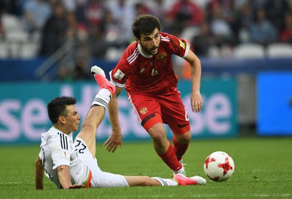 Защитник сборной России по футболу Георгий Джикия (справа)