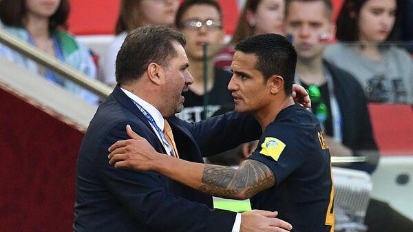 Главный тренер сборной Австралии по футболу Ангелос Постекоглу и полузащитник Тим Кэхилл (слева направо)