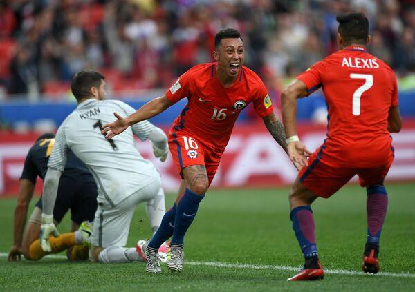 Нападающий сборной Чили по футболу Мартин Родригес (№16)