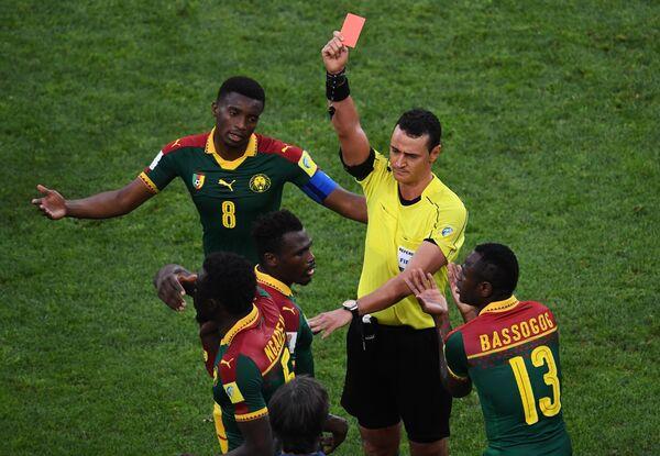 Слева направо: Бенжамен Муканджо, Эрнест Мабука (Камерун), главный судья матча Вильмар Рольдан Перес и Кристиан Бассогог (Камерун)