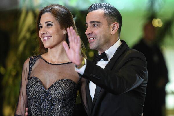 Бывший одноклубник Месси по Барселоне Хави с супругой
