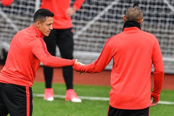 Нападающий сборной Чили Алексис Санчес и полузащитник сборной Чили Артуро Видаль (слева направо)