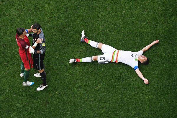 Футболисты сборной Португалии Пепе и Руй Патрисиу и защитник сборной Мексики Эктор Морено (слева направо)