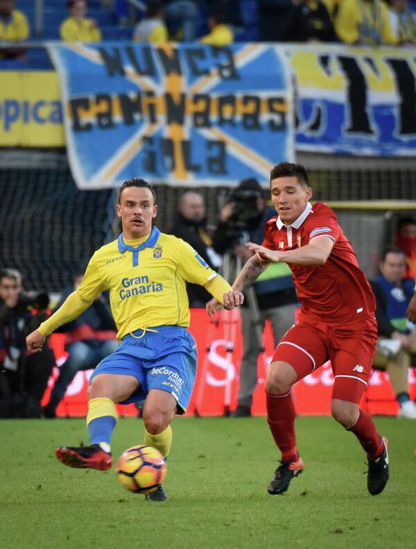 Испанский полузащитник Суонси Сити Роке Меса (слева)