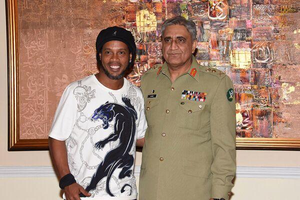 Главный генерал армии Пакистана Камар Джавед Байва (справа) и знаменитый бразильский футболист Роналдиньо