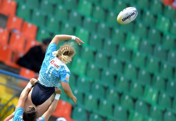 Игровой момент матча европейской серии Гран-при по регби-7 среди женских команд между сборными России и Ирландии