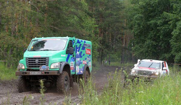 Слева направо: автомобиль команды GAZ RAID SPORT под управлением Болеслава Левицкого (Россия) и автомобиль команды AVMOTORSPORT под управлением Юли Мигуновой-Хегай (Россия)
