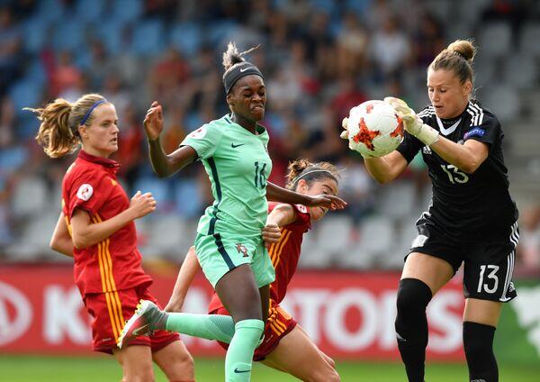 Игровой момент матча чемпионата Европы по футболу между сборными Испании и Португалии