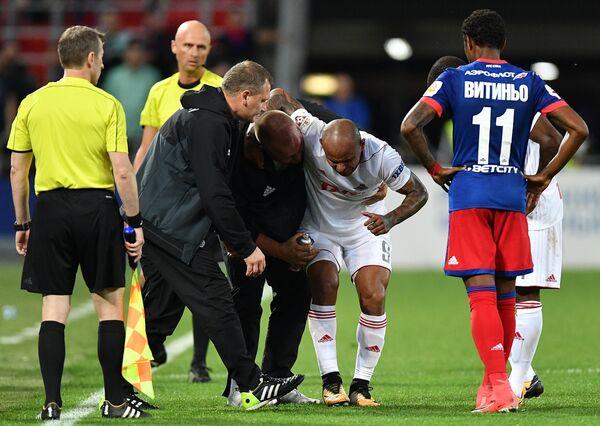 Нападающий ФК Локомотив Ари (второй справа), получивший травму