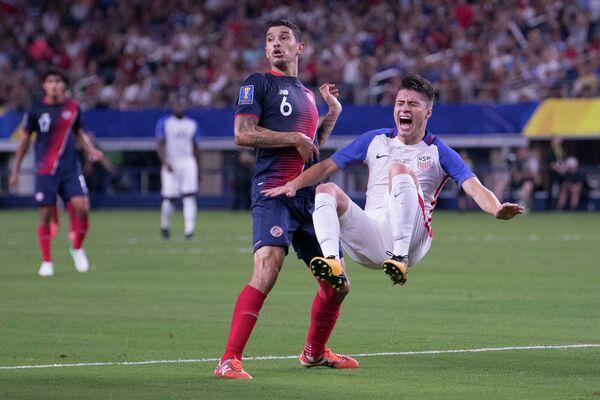 Игровой момент матча Золотого кубка КОНКАКАФ между сборными США и Коста-Рики