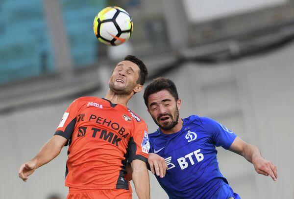 Защитник Урала Денис Кулаков (слева) и полузащитник Динамо Антон Соснин