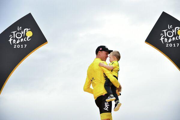 Британец Крис Фрум из Sky с сыном