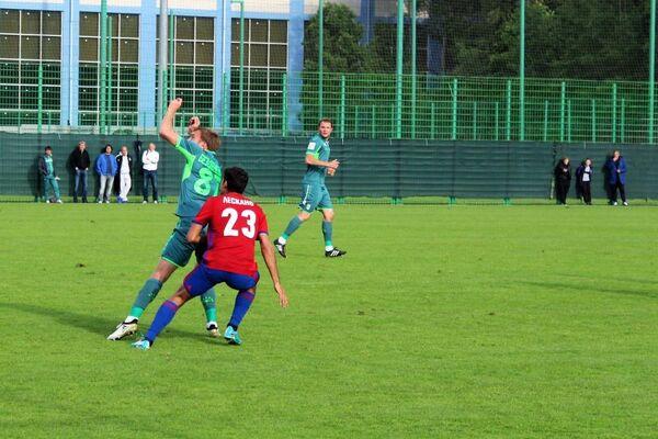 Нападающий ФК СКА-Хабаровск Хуан Лескано (на первом плане)